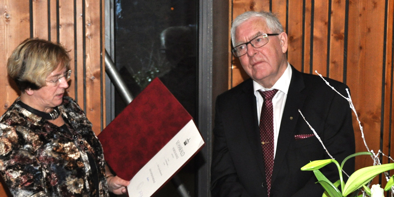Karl Baadsvik is awarded the King's Medal of Merit by Assistant County Governor Britt Skjelbred.  Photo © Øystein Baadsvik.